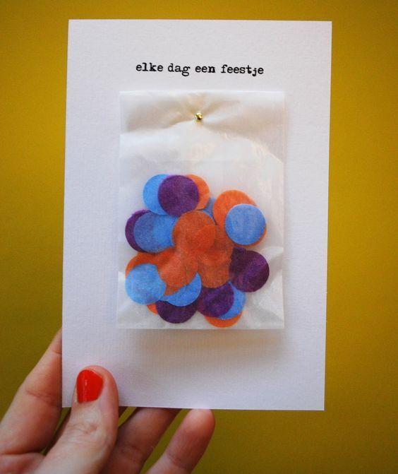 Vul een klein zakje met confetti en bevestig dit aan een leuke kaart met de tekst: Jij maakte er elke dag een feestje van!