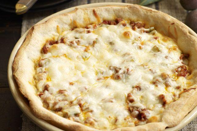 Dégustez une pizza à croûte épaisse style restaurant dans le confort de votre foyer.  Déposez une abaisse de pâte réfrigérée dans un moule à tarte. Ajoutez la saucisse, les légumes et le fromage et faites cuire au four jusqu'à ce que la garniture de la pizza bouillonne.