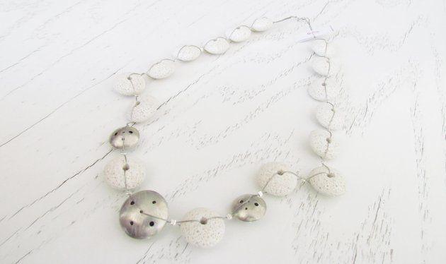 Collar Plata 950 y Piedra volcánica disponible en color blanco, crudo y negro de Tienda Syka