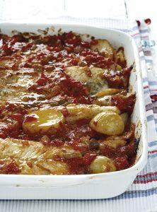 Gebakte vis en aartappels met 'n spek-en-tamatiesous