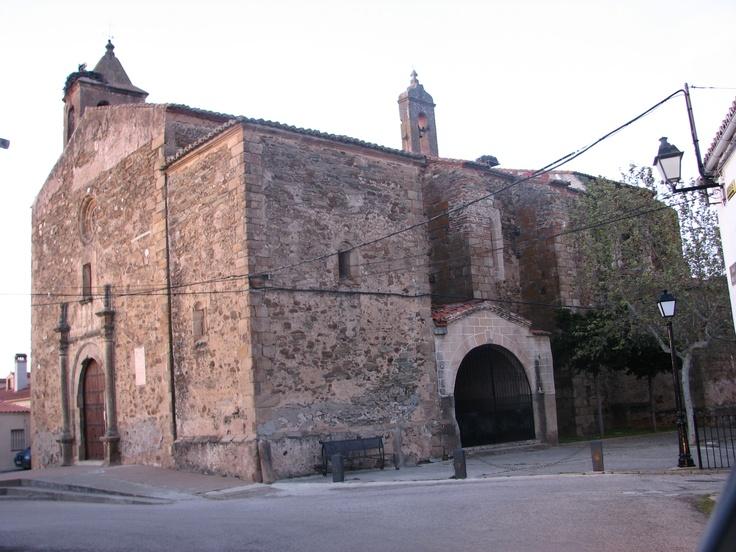 Iglesia Parroquial de Santa Catalina, del siglo XV. Posee una bóveda de crucería estrellada, esgrafiados geométricos y una portada en arco de medio punto.