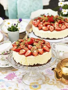 Ljuvlig jordgubbstårta med smak av passionsfrukt och choklad. Den här tårtan är tänkt till en stor buffé, men du kan självklart dela ingredienserna i fyra för att få 1 tårta.