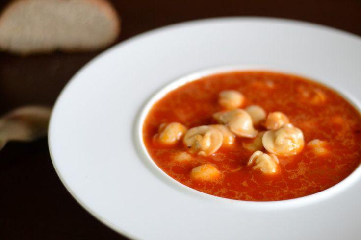 Томатный суп с копченой паприкой и пельменями