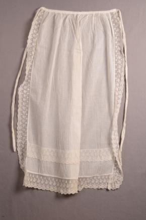 Schort gemaakt van twee tule tipdoeken, bij folklore Fries kostuum | Modemuze