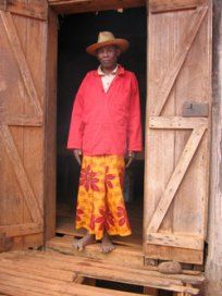 """Madagascar, Madagasikara:   La vestimenta típica malgache es el lamba.   Existe el lamba masculino:   Rara vez se ve a los hombres fuera de ceremonias tales como """"Joros '(ofrendas), etc"""" entierros """", aunque no es tan raro ver a los viejos que lo lleva en las zonas rurales."""