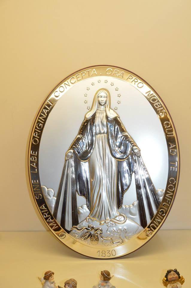Icona realizzata in argento e legno raffigurante la Madonna Miracolosa. Può essere sia appesa che appoggiata su un tavolo Per qualsiasi informazione può contattarci anche al n° 02-4985660