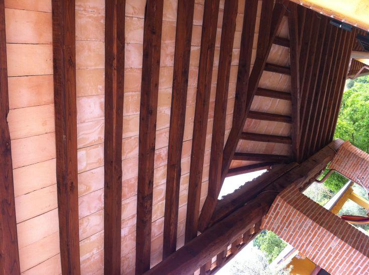 la cornice perimetrale è stata utilizzata per chiudere la coibentazione del tetto al posto della solita fascia di rame  http://www.imastrifornaciai.it/