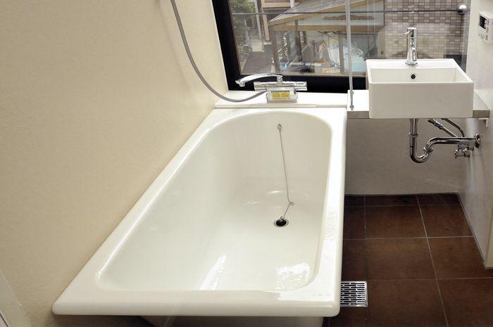 自然光の入る浴室に置きたいですね 鋳物ホーロー浴槽 バスルーム