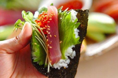 やっぱり日本のソウルフードといえばお寿司!最近では海外のお寿司レストランも多いため知名度も高く、日本人が日本食を作ると聞いて、現地人が一番に想像する料理がお寿司でしょう。まず、間違いなく喜んでもらえる料理です。ただ、磯の香りがする海外では珍しい黒い食べ物=海苔が苦手な人もいるので、事前に聞いておくといいと思います。大勢でのホームパーティーでは手巻き寿司が手っ取り早くできますが、海苔が苦手な人や生魚が苦手な人用のお寿司も用意しておくといいでしょう。