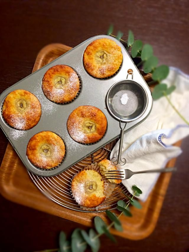 ヨーグルトバナナケーキ♪    材料・調味料 皮が黒いバナナ2本 バター60g 砂糖40g 卵1個 プレーンヨーグルト90g *薄力粉100g *ベーキングパウダー小1 *シナモンパウダー5振り 作り方 1 バナナは、飾り用に少しスライスして、他のは潰しておく。粗めにね✨ 2 柔らかくしたバターを練って、砂糖を入れて混ぜて、卵を入れて混ぜて、ヨーグルト入れて混ぜてバナナも入れる✨✨ 3 *粉類を振るい入れる。ゴムベラでさっくり混ぜる。 4 型に入れて、トッピングのバナナを上からちょこんと乗せる 5 180度に予熱したオーブンで30分焼く*\(^o^)/*できたー! 6 アポーケーキ *小ぶりのりんご1個 *レモン汁 *砂糖 大1〜2 *シナモン 10振りくらい ・アーモンドプードル 10g バナナをりんごに置き換え。粉類にアーモンドプードルを足し。 その他は上記の通りです *のりんごは皮付きのまま切ってレモン汁をかけて砂糖をまぶし、シナモンふりかけレンジでチン!煮汁は煮詰めるようにチンの時間を調整する。➡︎冷ましておく。 手順は一緒です。…