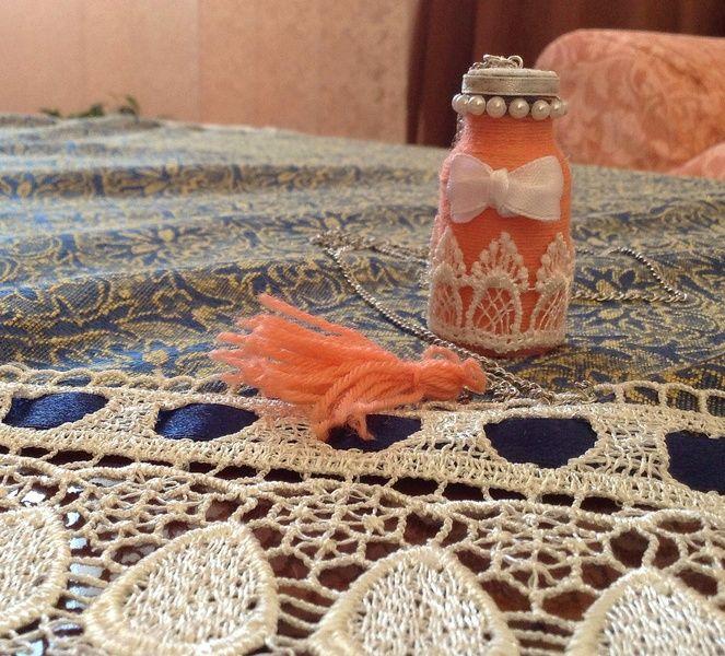 Collana con bottiglia decorata con fioco bianco di Il gomitolo di Birba su DaWanda.com #collana #diy #handmade #handcraft #handcrafted #shabbychic #nappina #pink #rosa #necklace #bottle #fiocco #perline