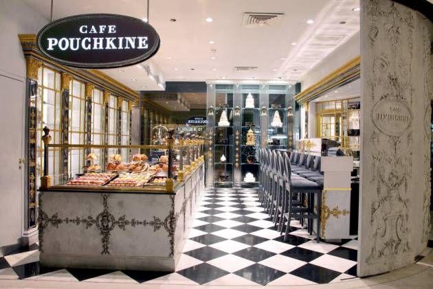 Rusland. Café Pouchkines massive marmorvægge, guldbelagte møbler, det håndmalede porcelæn og de russiske kager linet op bag disken giver fornemmelsen af at stå hos en konditor midt i Sankt Petersborg. - Foto: Café Pouchkine