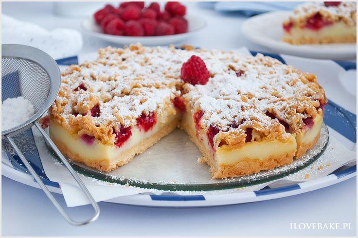 Kruche ciasto z malinami i budyniem, które nie ma sobie równych. Owoce zatopione w budynie i całość przykrywa kruchym i chrupiącym ciastem.