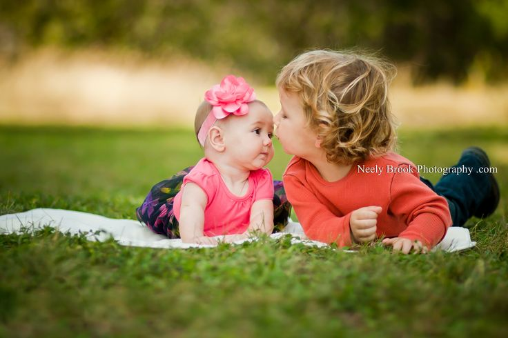 Siblings photography.. Paige & Ivy pic ideas @Emily Schoenfeld Schoenfeld Schoenfeld Schoenfeld Rostagno