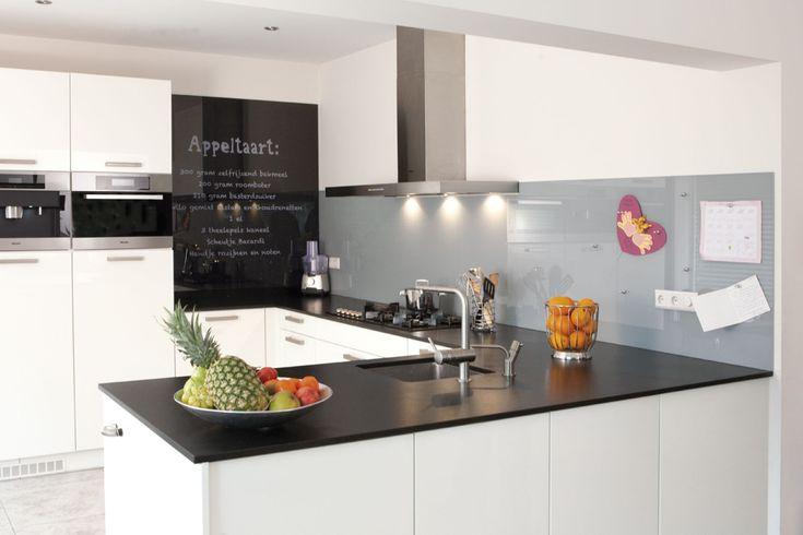 Een glazen keuken achterwand is een originele en duurzame manier om uw keuken een strakke en - Dressoir originele keuken ...