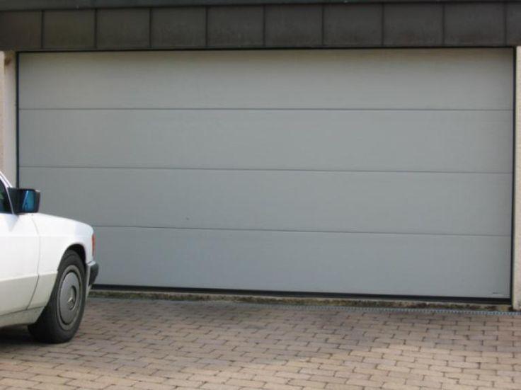 Refenzprojekte - Sektionaltor mit Woodgrainstruktur ohne Sicken, Farbe achatgrau RAL 7038