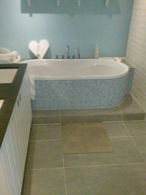 25 beste idee n over lichtblauwe badkamers op pinterest zeemeermin tegel blauwe badkamers en - Groene metro tegels ...