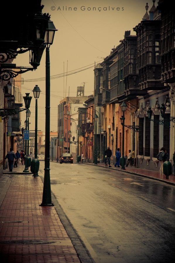 Las calles de Lima, Perú. Uno de muchos monumentos