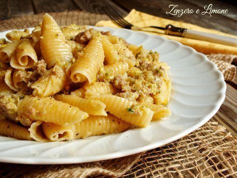 Questa pasta con pesto di porri e pistacchi è un primo piatto dal condimento ricco e avvolgente. È buonissima, facile e veloce! Salvate la ricetta!