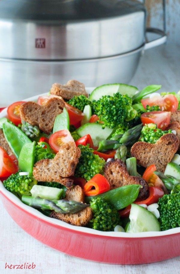 Wer nun denkt, dass man in diesem Topf nur räuchern kann, der irrt! Das Gitter ist zwar etwas grobmaschig, aber man kann darin perfekt Gemüse dämpfen. Meine Germknödelwerden nur noch in diesem Topf zubereitet! Das Rezept für herzhafte Germknödelfindest du auch auf meinem Blog.  Gerade für Vegetarier eröffnen sich mit diesem Räucherset völlig neue Geschmackserlebnisse! Aber ein Fleisch- und Fisch-Liebhaber wie ich kommt auch auf seine Kosten!  Ich wünsche euch viel Glück und lasst euch den…