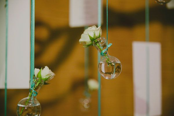 flowers in glass bottles http://weddingwonderland.it/2016/01/matrimonio-industriale-bianco-tiffany.html
