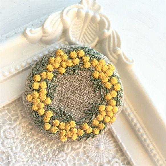 リネン 刺繍ブローチ ミモザリース 丸50ミリ|ブローチ|Le chat en argent|ハンドメイド通販・販売のCreema