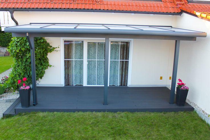 Ein besonders schönes Terrassendachder Marke REXOclassic aus Buchloe. Die Farbe der Unterkonstruktion aus Aluminium harmoniert bestens mit dem Bodenbelag der Terrasse.   Das Dach ist mit einer passenden XL-Regenrinne augestattet. Die Befestigung der Regenrinne ist unterhalb des Daches versteckt.   Die Pfosten sind beidseitig eingerückt. Als Dacheindeckung kommen attraktive 16mm#Stegplattenin opal der Marke REXOclear zum Einsatz. #Terrassendach #Terrassenüberdachung #Stegplatten #Rexin