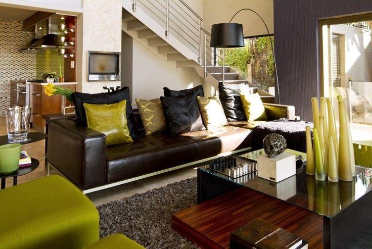 canapé d'angle en cuir marron foncé, table basse assortie et tapis shaggy gris taupe
