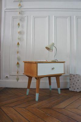 Blanc, bois et vert menthe. Nous avons travaillé à partir du papier peint d'Orla Kielyposé dans la chambre d'Elise et des meubles exista...