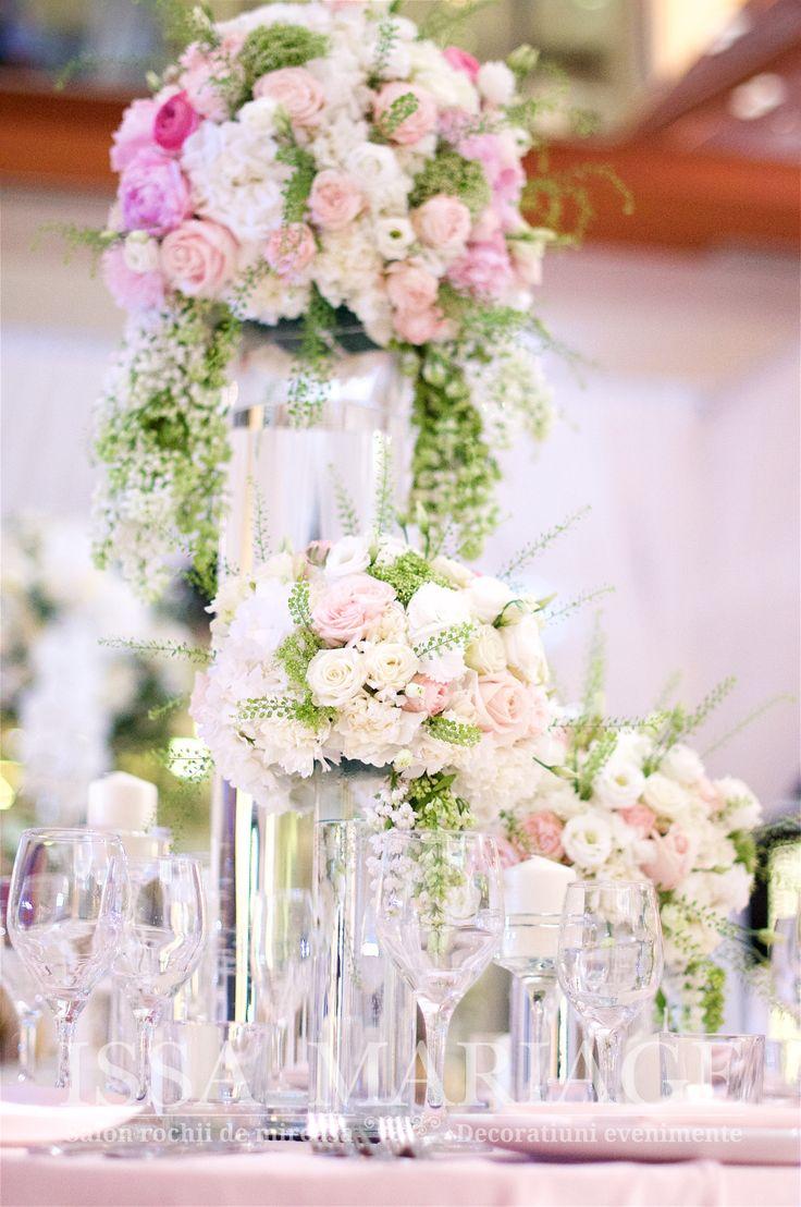 Eveniment nunta cu aranjament floral pe vaze cilindrice si suporti lumanari IssaEvents 2017