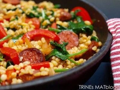 Lun bulgursalat med chorizo, paprika og spinat