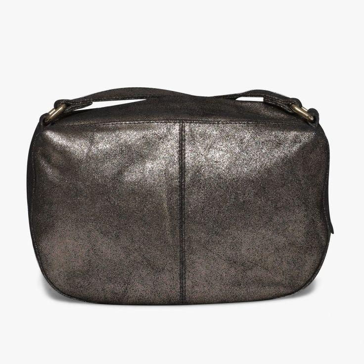 Besace irisée or en cuir Cette besace est très pratique avec son petit volume. Son intérieur se compose d'une poche zippée. Dimensions : 26*18 cm •#SHOESINMYLIFE On peut l'associer avec des tenues habillées.