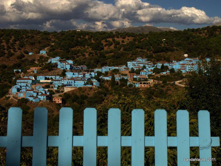 IlPost - Júzcar, Spagna - Tra le città bianche dell'Andalusia, la regione meridionale della Spagna al confine con il Portogallo, Júzcar è unica: le sue case, che fino al 2011 erano completamente bianche, sono oggi colorate di blu. Due anni fa alcuni produttori di Hollywood proposero agli abitanti del piccolo comune andaluso (di soli 223 abitanti) di poter dipingere le loro case di blu per girare la première del film I Puffi (2011). Nel dicembre 2011 la Sony Pictures si offrì di ridipin…