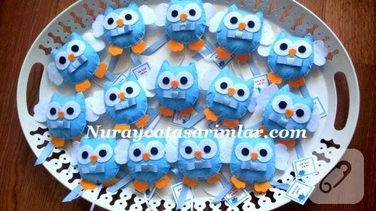 mavi keçeden yapılmış papyonlu baykuşlar, magnetli bebek şekeri olarak hazırlanmış. keçeden yapılabilecek pek çok kız ve erkek bebek hediyeliği 10marifet.org'da