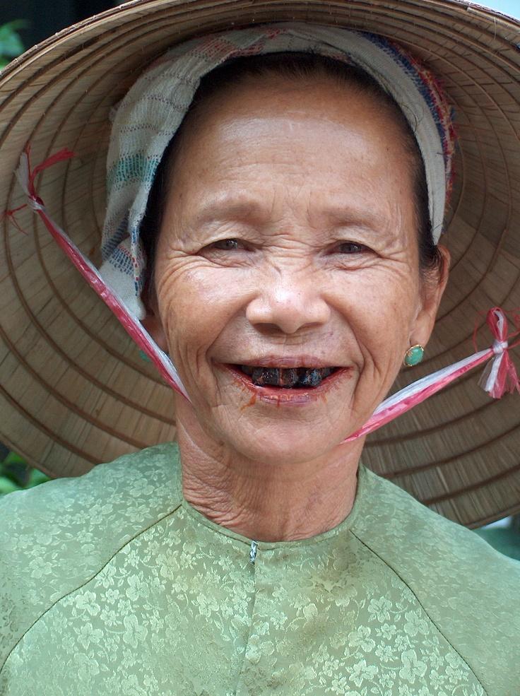 Une femme de Hoi An au Vietnam. C'est la tradition de se noircir les dents pour être belle.