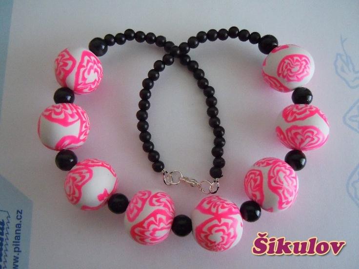 Korále - neonová růžová doplněno černými korálky.