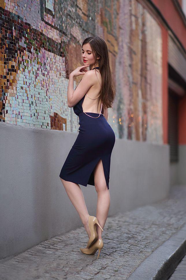 Granatowa Sukienka Z Odkrytym Tylem Bezowe Szpilki I Cieliste Ponczochy Ari Maj Personal Blog By Ariadna Majewska Dresses Fashion Backless Dress