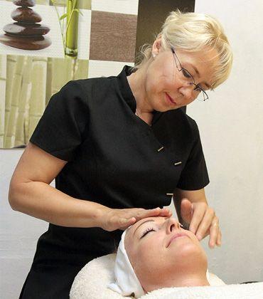 Ruth Massage Parlor tarjoaa rentouttavia hierontoja sekä uutuutena myös kasvohoitoja trendikkäässä ympäristössä. Tarjolla myös esimerkiksi chakra- ja aromaterapiaa. Telliskiven Loomelinnakissa hoitolaa pitävä Ruth on aiemmin tehnyt hoitoja Slovakiassa sekä Englannissa. #beauty #massage #Telliskivi #chakra #eckeroline