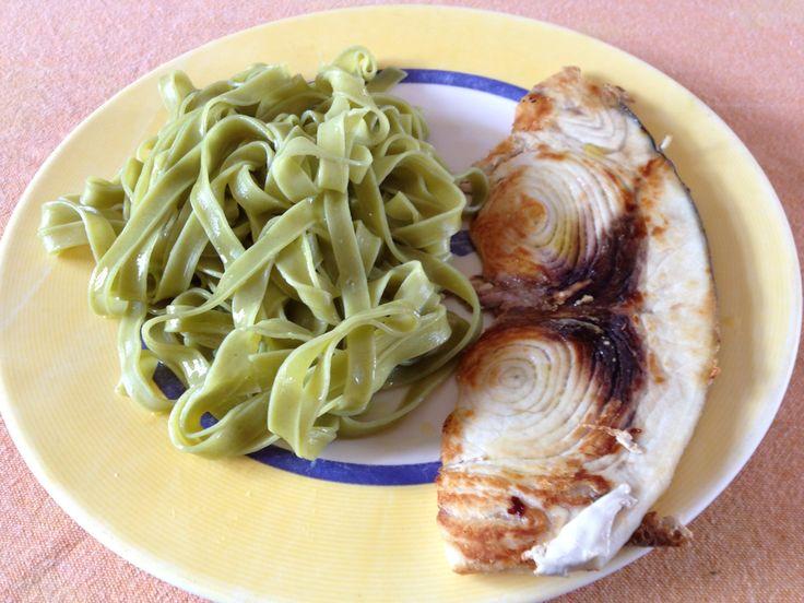 Filete de pez espada a la plancha y tallarines de espinacas