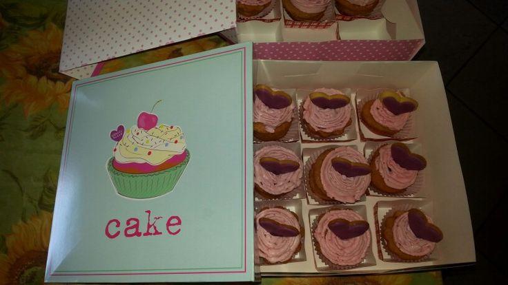 Cupcake con cuore di cioccolato farcia al mascarpone e biscotto a cuore per addio al nubilato