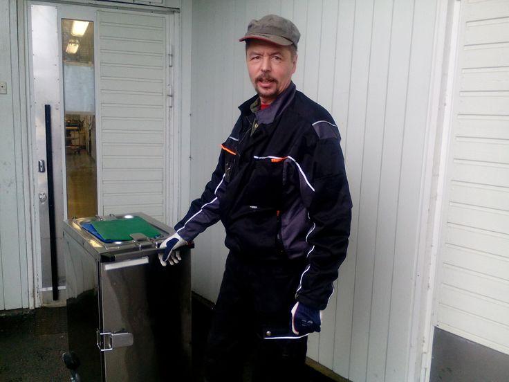 Nyt on saatu ruoka valmiiksi ja lämpövaunuihin. Lounaan kuljetus terveyskeskuksen osastoille lähtee! Kuljettajana toimii varsin mukava ja symppis Ari.