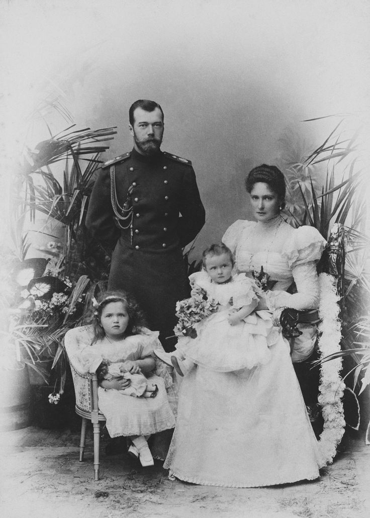 CE von Hahn & Co (active 1898) - Nicholas II, Emperor of Russia, Alexandra Feodorovna, Empress of Russia and Grand Duchesses Olga Nikolaevna and Tatiana Nikolaevna