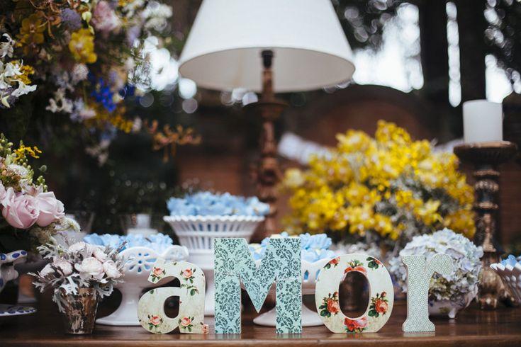 letras formando a palavra amor para decoração da mesa de doces.