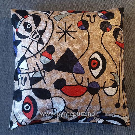 Pyntepute - Øyet Gylden. Det abstrakte uttrykket og bruken av spennende farger, skaper en spennende detalj i interiøret ditt. Fargene som er brukt er en flott gyldenfarget bakgrunn med innslag av sort, hvit, beige, dyp rød, dyp lilla og sølv-blå.   Fra nettbutikken www.pynteputa.no #pyntepute #pynteputer #pynteputa #farger