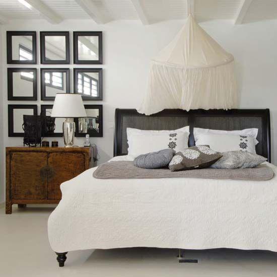 Soluție creativă pentru decorarea dormitorului: ansamblu simetric de oglinzi înrămate!