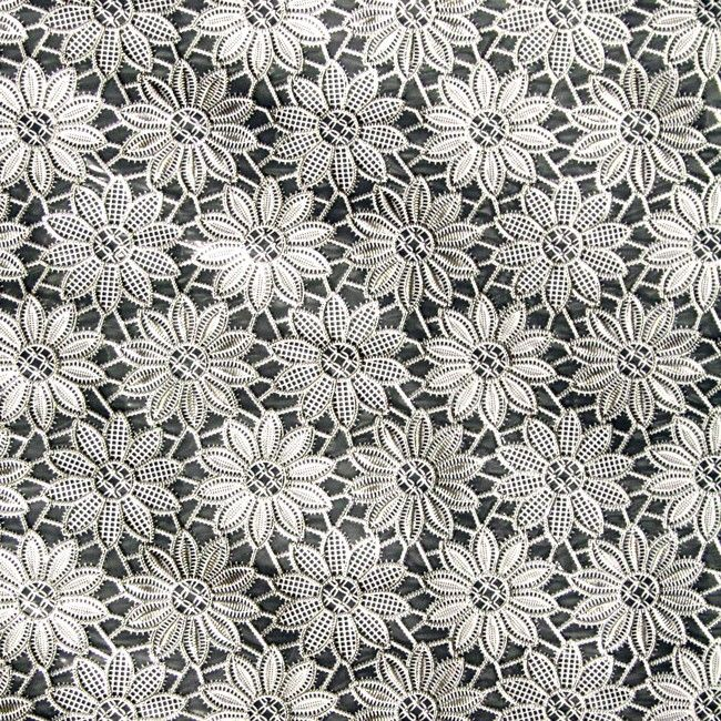 Tafelzeil+Kant+Bloemetje+Zilver+-+Stijlvol+kanten+tafelzeil+met+bloemenmotief+in+wit+met+zilveren+glitterlaag.+De+structuur+van+het+kant+is+duidelijk+voelbaar+aan+de+bovenzijde.+Het+kanten+tafelkleed+heeft+een+waterdichte+onderkant,+ook+kruimels+e.d.+vallen+er+dus+niet+doorheen. Het+tafelzeil+is+gemaakt+van+vinyl.+Kanten+tafelzeilen+zijn+het+mooist+op+een+contrasterend+tafelblad+of+als+je+er+een+effen+tafelkleed+onder+legt.+Kleur:+Zilver