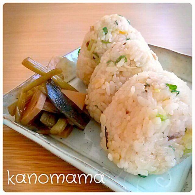 夕べの、鯵の開きの炊き込みごはんで おにぎり♪ 添えてあるのは、産直市場で買った ふきた筍の煮物。 結構甘め~ おばあちゃん思い出す味(*^^*) うちのおばあちゃんの味つけ、甘あまやったからなぁ~(笑) - 182件のもぐもぐ - おにぎり~♪ by kanomama
