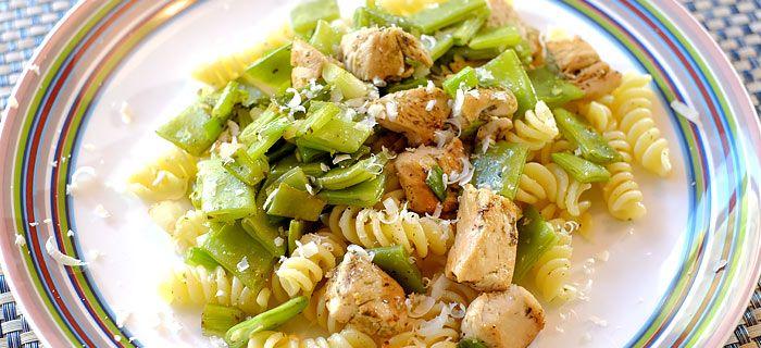 Deze lekkere pasta met snijbonen, lenteui en kip pesto staat binnen een half uur op tafel. Kijk hier voor het makkelijke recept.