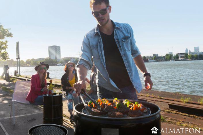 BarrelQ, le baril BBQ hyper tendance !  C'est un baril de 60 L transformé en barbecue ! Il est idéal pour le balcon, les petits jardins ou à transporter avec vous au parc ou à la plage.  En plus d'être un super barbecue, il sert aussi de brasier, meuble design, cuisine extérieure et table d'appoint. Il est particulièrement pratique à utiliser. La grillade à hauteur de taille ! Vous n'avez pas besoin de vous pencher pour atteindre la viande. Il est prêt à l'emploi, dès réception,