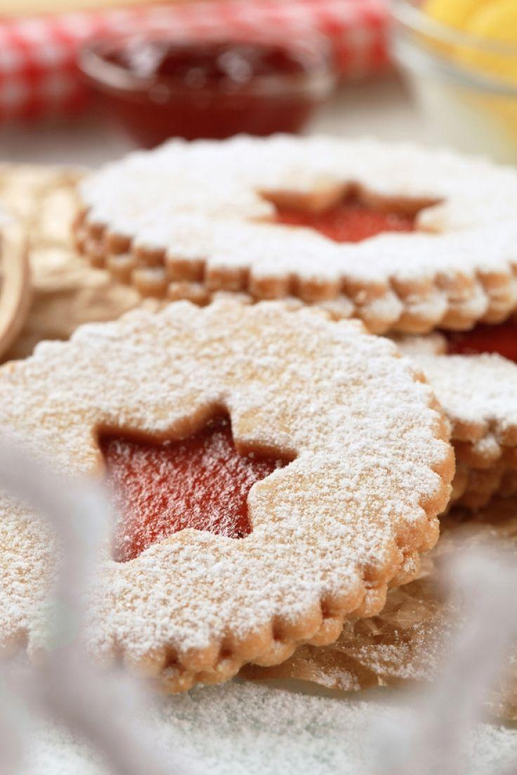 Μπισκότα με κανέλα, τζίντζερ και φουντούκια, γεμιστά με μαρμελάδα από κόκκινα φρούτα